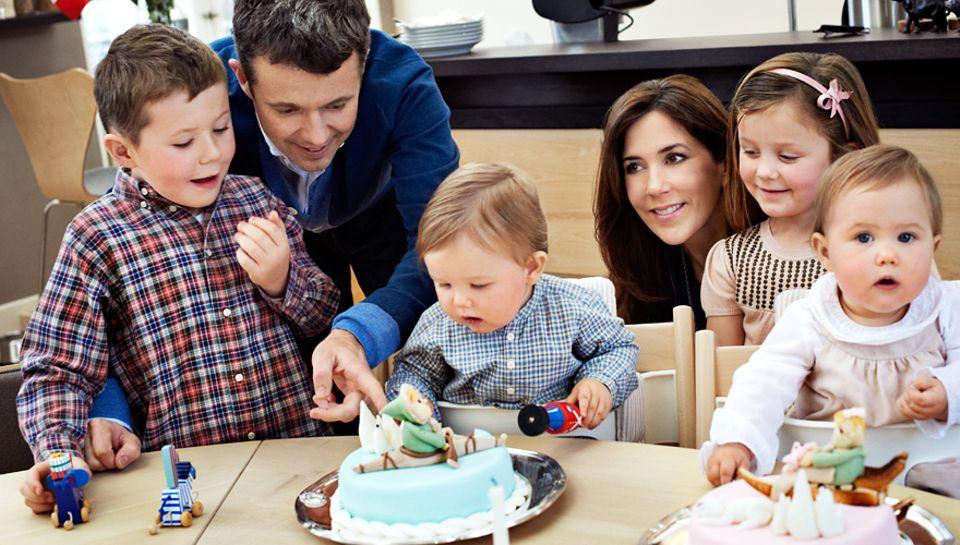 Im Januar feierte das Kronprinzenpaar den ersten Geburtstag der Zwillinge Vincent und Josephine (r.). Mit von der Partie: die be