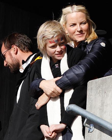 Marius Borg Høiby ist seiner Mutter Prinzessin Mette-Marit von Norwegen wie aus dem Gesicht geschnitten.