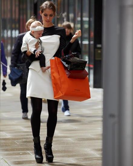 Sehr anstrengend: Shoppen, gut aussehen und Kind im Arm.