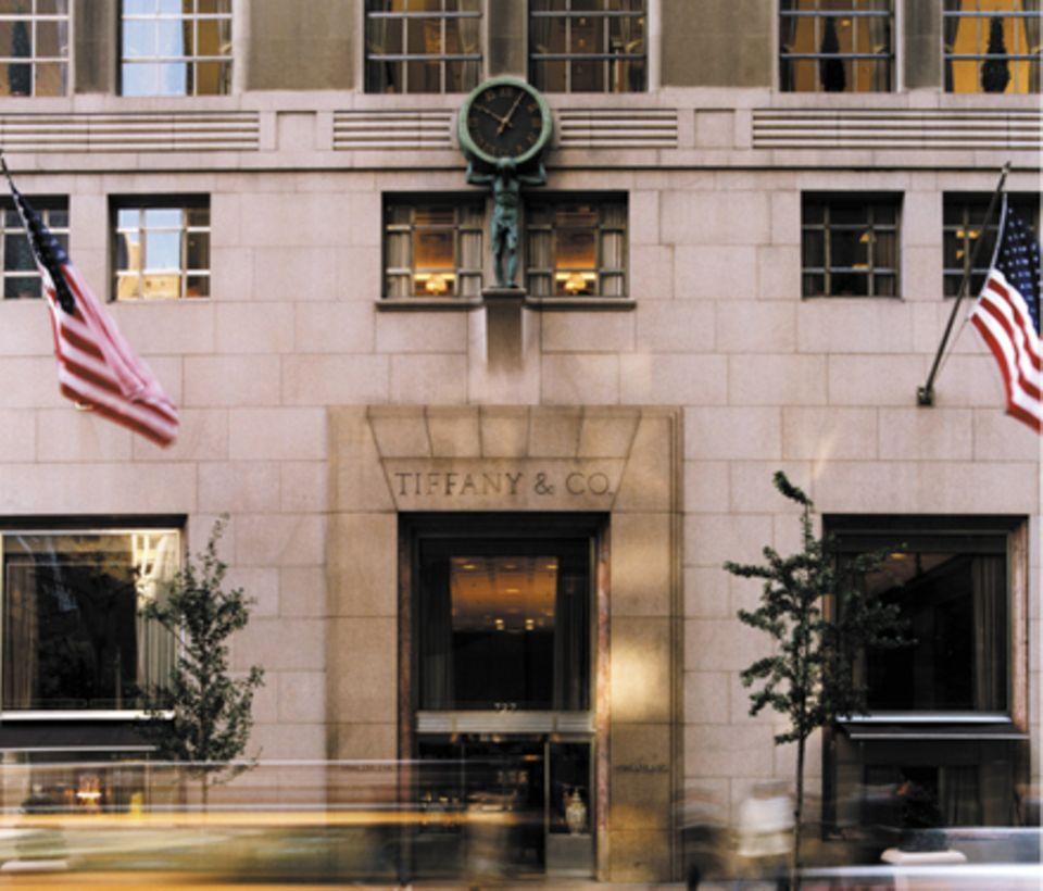 Das imposante Hauptgeschäft von Tiffany & Co. liegt an New Yorks legendärer Fifth Avenue, Ecke 57th Street. Über der Tür hängt d
