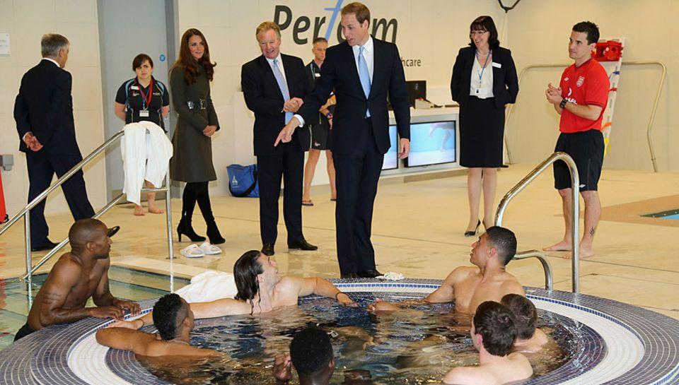 Prinz William hält einen Plausch mit den Fußballern, die sich im Whirpool entspannen.