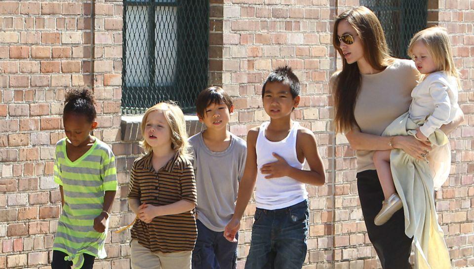Mit ihren Kindern diskutierte Angelina Jolie, 37, Malalas tapfere Tat; vor allem Shiloh und Pax (2. u. 3. v. l.) waren ganz aufg