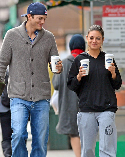 Demis Noch-Ehemann Ashton Kutcher, 34, mit seiner neuen Freundin Mila Kunis, 29.