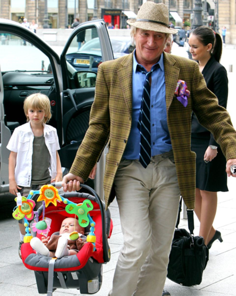 Die beiden Söhne mit Penny Lancaster -  Alastair, 6, und Aiden, 1, betreut er am liebsten selbst - hier in Paris.