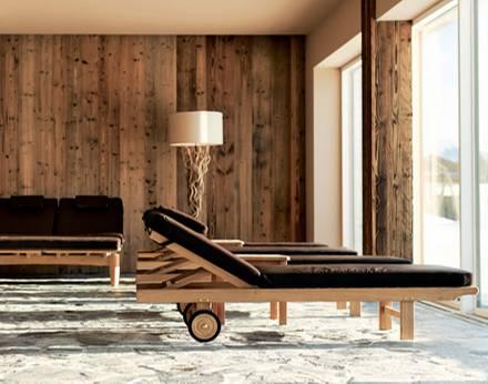 Zum Relaxen gibt's Liegen - und Doppel-Wasserbetten für Paare.
