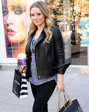 Kristen Bell ist am 30. Oktober 2012 in Glendale auf Shoppingtour und wir können einen ersten Blick auf ihren kleinen Babybauch