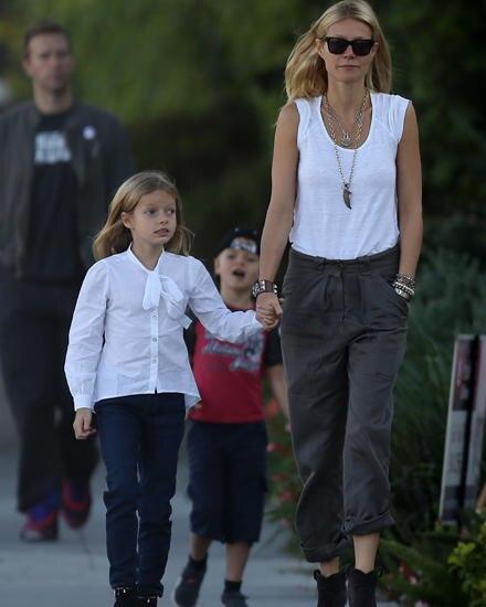 Willkommen in L. A.: Gwyneth, 40, mit Tochter Apple, 8; dahinter Chris Martin, 35, und Moses, 6.