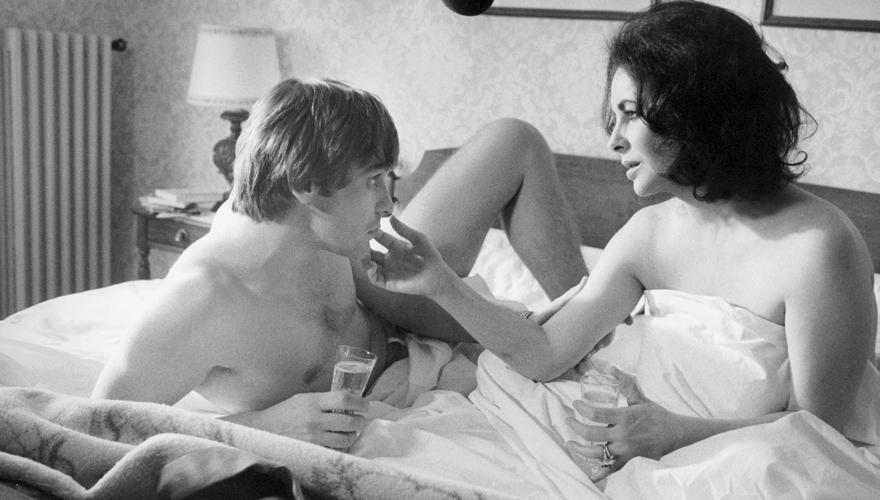 """Mit Liz Taylor im Bett: 1973 drehten die beiden """"Die Rivalin"""". Das interessantere Paar aber gab er mit Luchino Visconti ab, sein"""