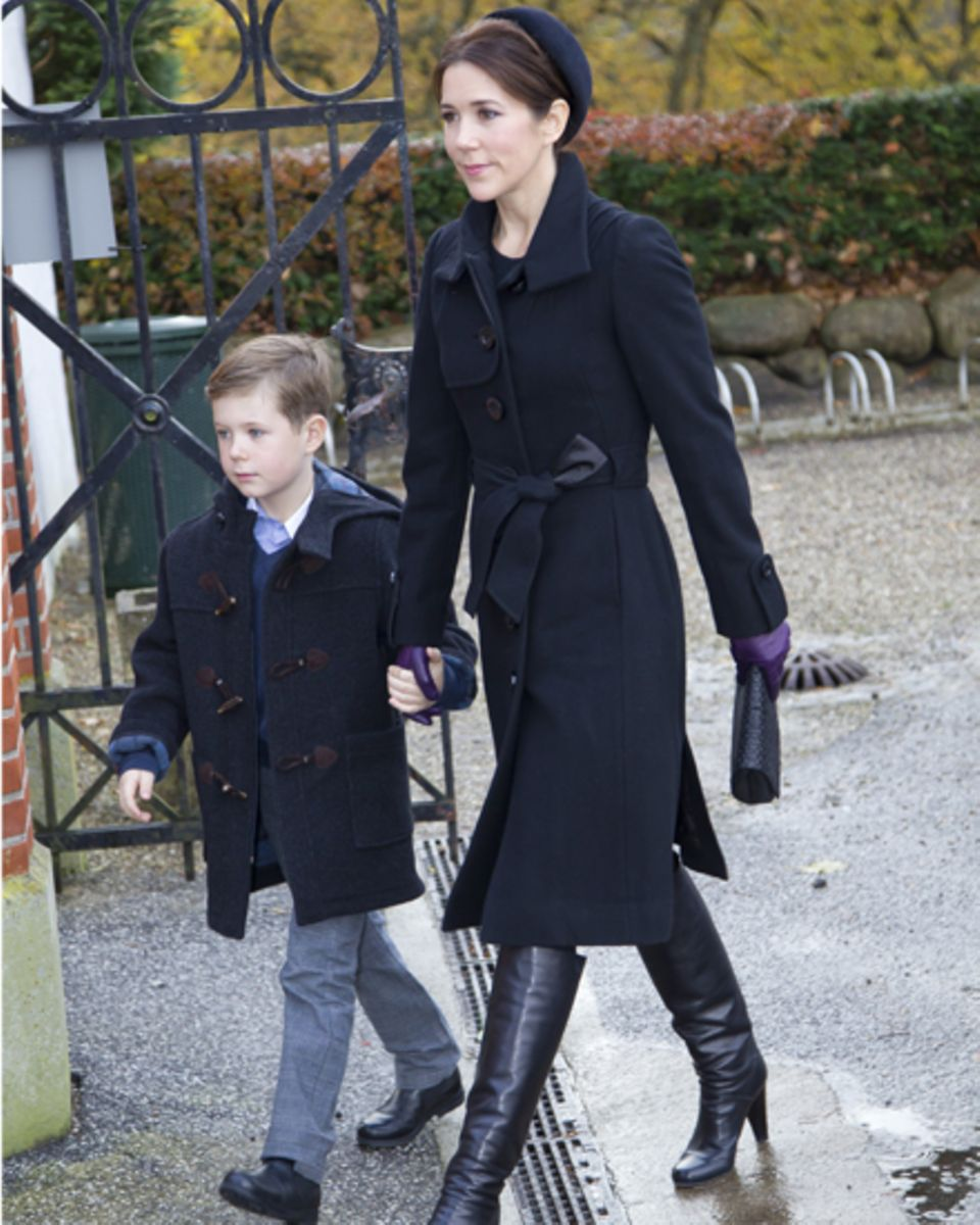 Tapfer nimmt Prinzessin Mary auf dem Weg zur Trauerfeier ihren Sohn Christian an die Hand.