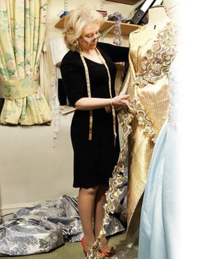 Entwurf, Stoffauswahl, Verarbeitung, Styling: Angela Kelly ist für alles verantwortlich, was mit den Outfits der Queen zusammenh