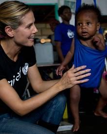 Sehr tapfer! Die meisten Kinder im Unicef-Ernährungszentrum weinen, wenn sie gewogen werden - aber die kleine Francesca ist abge