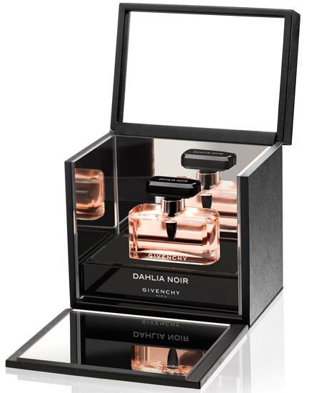 """""""Dahlia Noir"""" duftet laut Tisci """"düster und romantisch"""". Die Ingredienzen: Rose, Iris, Sandelholz. Von Givenchy, EdP, 30 ml, ca."""