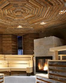 Der Sauna-Bereich erinnnert an ein typisches Chalet.