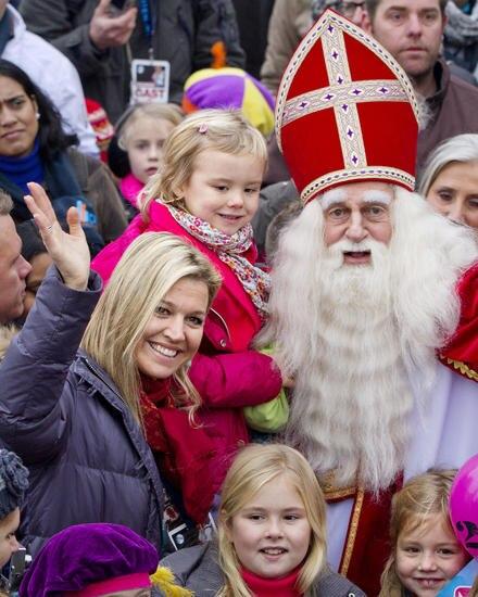 """Zurück zur Normalität: Frisos Schwägerin Prinzessin Máxima mit ihren Töchtern und """"Sinterklaas""""."""