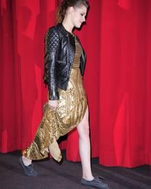 """Unkonventionell: Kaum runter vom roten Teppich, tauschte Kristen Stewart im Berliner """"CineStar"""" ihre High Heels gegen Sneakers."""