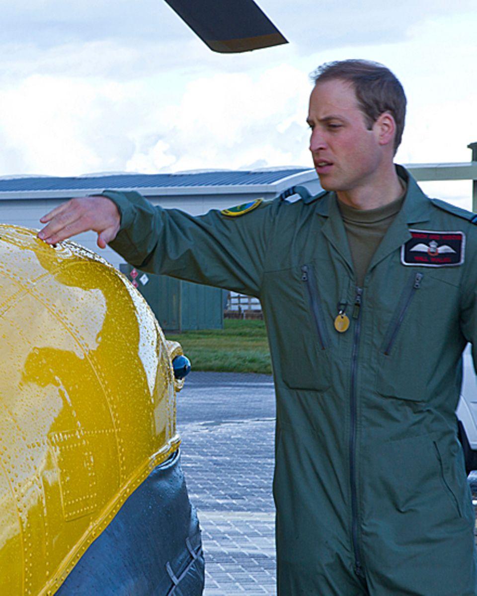 Bevor es in die Luft geht, wirft Prinz William einen letzten Blick auf den Helikopter.
