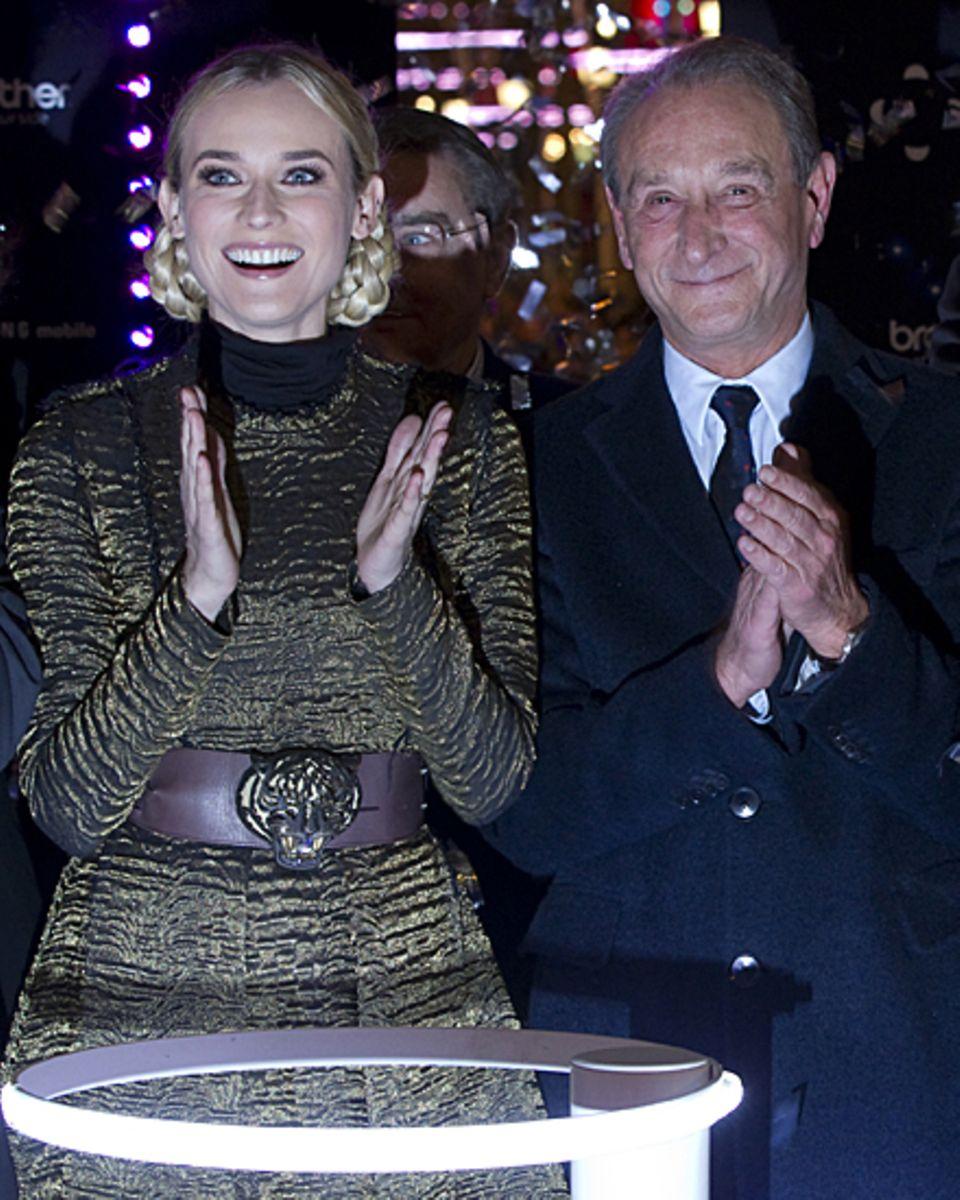 Diane Kruger freut sich über die Weihnachtsbeleuchtung der Champs-Élysée, die sie im Beisein des Pariser Bürgermeisters Bertrand