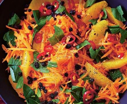 Wintersalat mit Karotten, Orangen und schwarzen Johannisbeeren