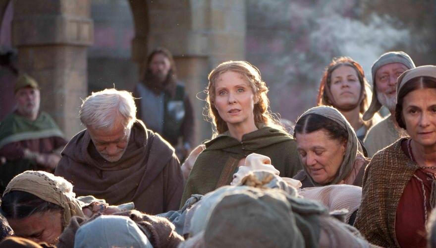 """In der Bestseller-Verfilmung """"Die Tore der Welt"""" hintergeht Petranilla (Cynthia Nixon) alle. Der Vierteiler läuft ab 3. Dezember"""