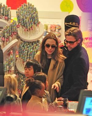 Brad Pitt und Angelina Jolie mit ihren Kindern beim Weihnachtsshopping in New York.