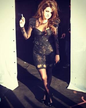 """""""Hier bin ich bei einer Zigarettenpause. Das Kleid habe ich übrigens zusammen mit meiner Stylistin entworfen."""""""