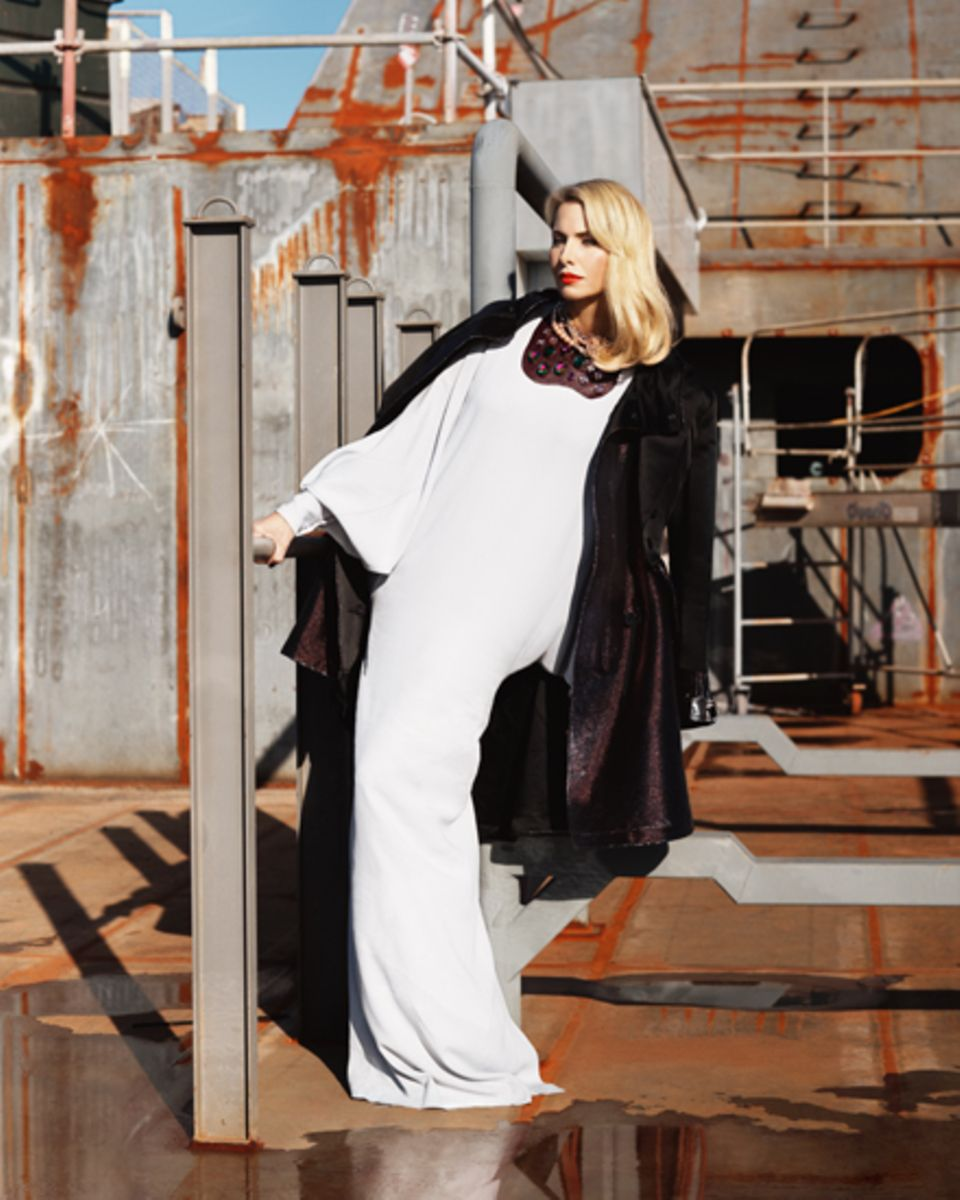 Viktoria trägt ein perlgraues Abendkleid mit Fledermausärmeln, von Viktor & Rolf. Lurexparka mit Frackelementen, von Jean Paul G