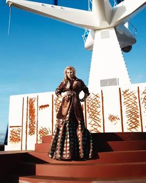 Abendrobe von Rochas, bronzefarbener Lurex-Trenchcoat von Jean Paul Gaultier.Ohrhänger von Chaingang, Armband von Juicy Couture,