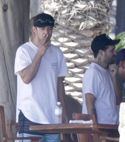 Justin Timberlake zieht in Mexiko an einer Zigarette. Der Sänger und Schauspieler genoss dort ein Wochenende mit Freunden.