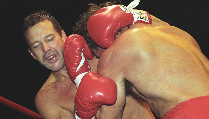 Mickey Rourke fing bereits als 12-Jähriger mit dem Boxsport an.   Dieses Foto zeigt ihn 1993 bei einem Kampf in Hamburg. Sein Ge