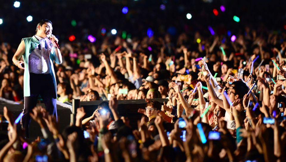 """Psy performt in Seoul bei einem kostenfreien Konzert seinen """"Gangnam Style"""" Dance."""
