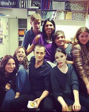 """""""All together"""" twitterte Chace Crawford zu diesem Bild, das ihn und Mitglieder der """"Gossip Girl""""-Crew zeigt."""