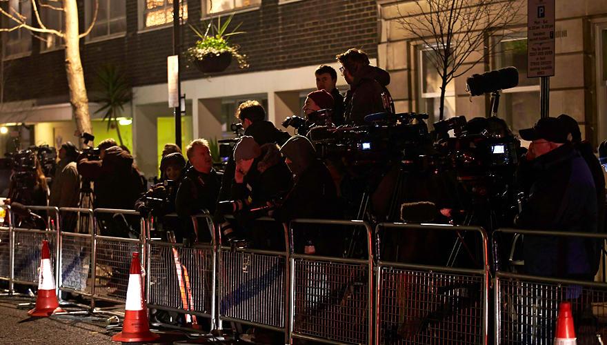 """Vor dem """"King Edward VII Hospital"""" haben sich eine Menge Journalisten versammelt."""