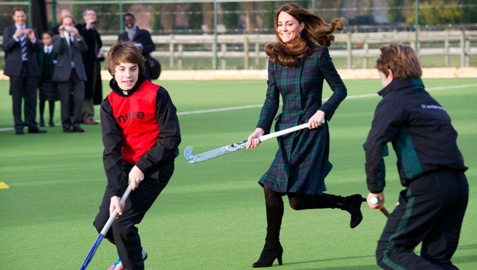 Babysport: Pangbourne, 30. November: Kurz vor der offiziellen Bekanntgabe spielte die schwangere Kate an ihrer ehemaligen Schule