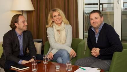 """Maria Furtwängler beim Interview mit den """"Gala""""-Redakteuren Alexander Stilcken (ganz l.) und Christian Krug. Sie verriet, dass s"""
