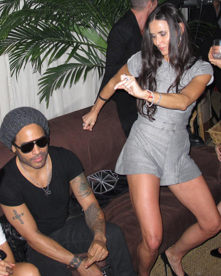 Ausgelassen tanzt Demi Moore auf einer Party in Florida. Lenny Kravitz zeigt sich eher unbeeindruckt.