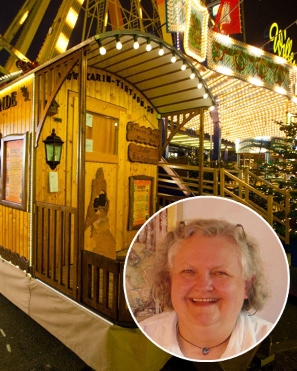"""""""Gala"""" besuchte mit Judith Rakers die Kartenlegerin Karin Tietjen in ihrem Wagen auf dem Hamburger Dom."""