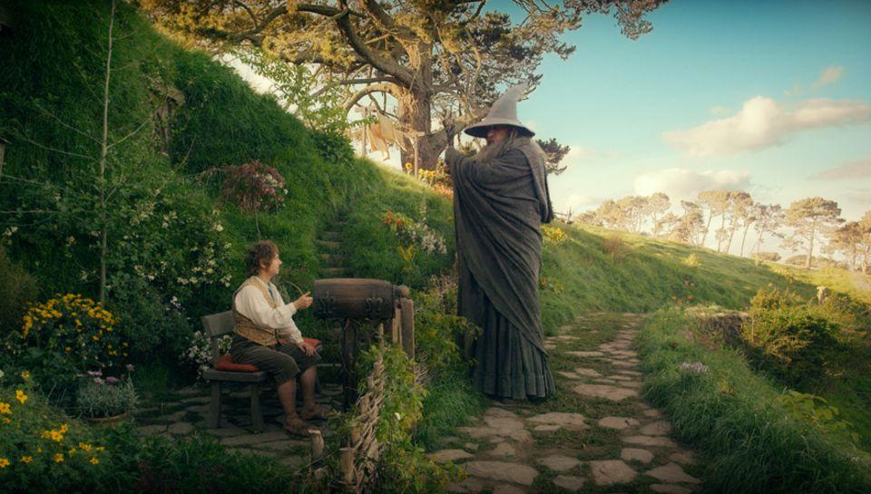 Stress im Auenland: Bilbo (Martin Freeman) wird von Zauberer Gandalf (Ian McKellen) überredet, sich auf das Abenteuer seines Leb