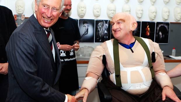 Prinz Charles trifft bei einem Besuch in der Maske am Filmset auf Schauspieler Peter Hambleton, der gerade in den Gnom Gloin ver