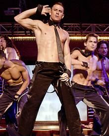 """""""Alle mal hergucken"""" - Channing Tatum ist hier ebenso wie in Hollywood im Allgemeinen der sexy Vorturner seiner Männertruppe."""
