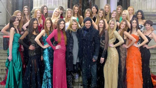 """Bei eisiger Kälte und Schneefall zeigt sich Heidi Klum Anfang Dezember mit den neuen """"Germany's Next Topmodel""""- Kandidatinnen vo"""
