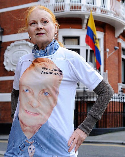 Für Julian Assange: Vivienne Westwood designte ein T-Shirt, dessen Erlös an Wikileaks geht.