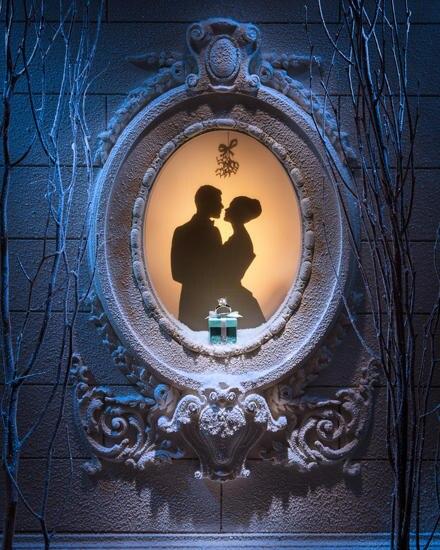 Romantik und Tradition: Ein Schaufenster von Tiffany & Co. in der New Yorker Fifth Avenue in der Vorweihnachtszeit anno 2012.
