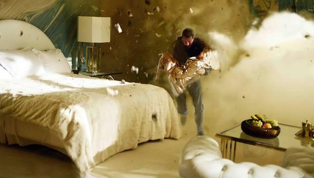 """Und Action! Explosionsgefahr beim """"Tatort"""". Insgesamt drehte das Team um Til Schweiger (hier rettet er Mavie Hörbiger) 25 Tage i"""