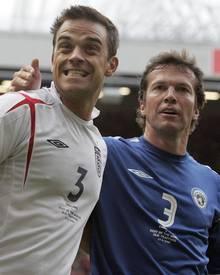 Kennen sich schon seit Jahren: Robbie Williams und Lothar Matthäus, hier bei einem Fußballspiel im Jahr 2006.