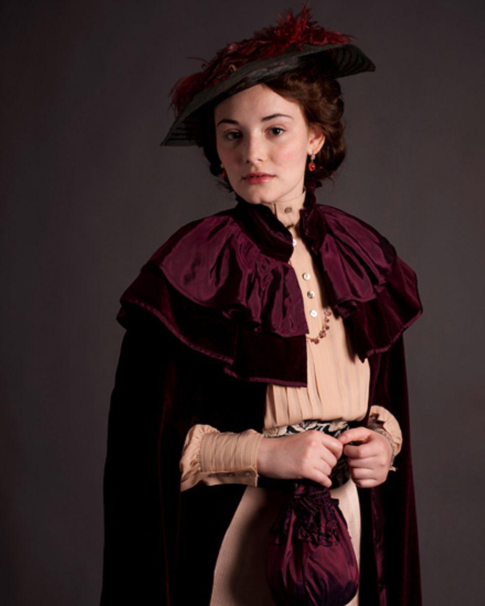 """Um die vom Schicksal gebeutelte Alma in """"Das Adlon"""" spielen zu können, brachte Maria Ehrich ein besonderes Opfer: Weil an dem Wo"""