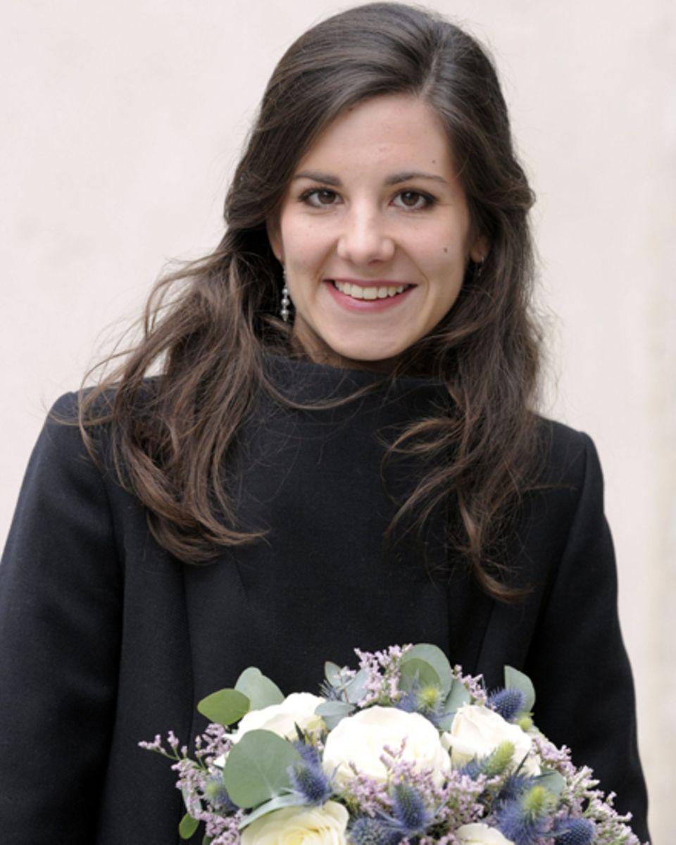 Die Diplomatentochter Adélaïde Drapé-Frisch kommt mit Brautstrauß zum Standesamt, um dort am Freitag, 28. Dezember, Erzherzog Ch
