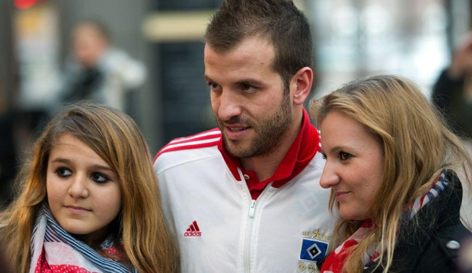 Rafael van der Vaart posiert am Mittwoch (2. Januar) mit Fans des HSV am Flughafen, bevor er ins Traingslager aufbricht.