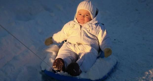 Prinzessin Estelle wird auf dem Schlitten durch den Schnee gezogen und schläft dabei fast ein.