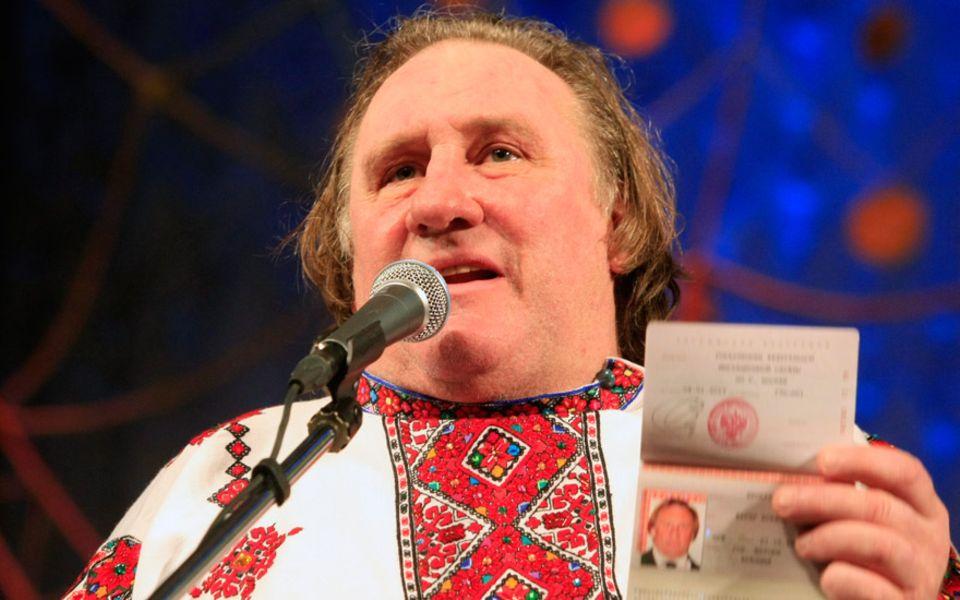 Gérard Depardieu zeigt sich am 6. Januar 2013 in russischer Tracht und mit neuem Pass.