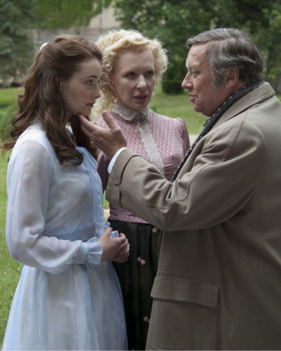 Im Zentrum der Geschichte steht Alma Schadt (Maria Ehrich), hier mit ihren Eltern Ottilie (Sunnyi Melles) und Gustaf (Thomas Thi